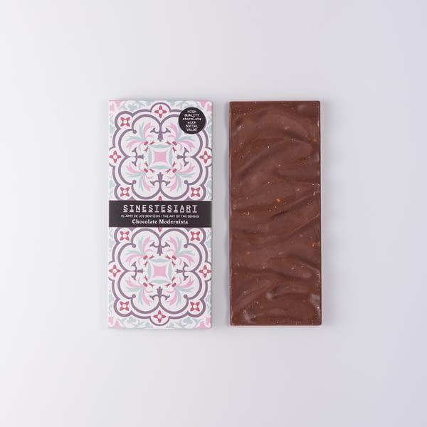 Chocolate con leche con barquillos y canela.