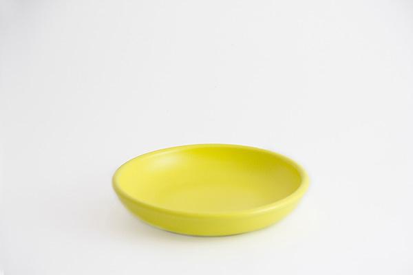 Plato de arcilla amarillo
