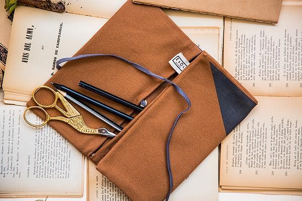 cartera marrón artesanal